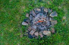 Внешний каменный камин в зеленой траве Стоковые Изображения