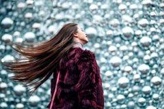 Внешний конец вверх по портрету молодой красивой девушки при длинная маленькая девочка волос динамически идя вниз с улицы Волосы  Стоковые Изображения RF