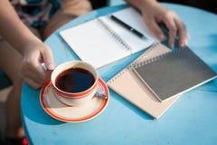 Внешний перерыв на чашку кофе в утреннем времени Стоковые Фото