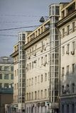 Внешний подъем на старое здание Стоковое Изображение RF
