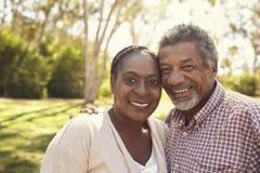 Внешний портрет голов и плечи зрелых пар в парке Стоковые Фотографии RF