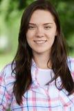 Внешний портрет девочка-подростка в парке Стоковое фото RF