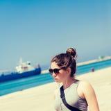 Внешний портрет девочка-подростка в солнечных очках Стоковые Фотографии RF
