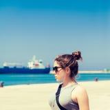 Внешний портрет девочка-подростка в солнечных очках Стоковые Изображения