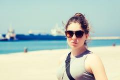 Внешний портрет девочка-подростка в солнечных очках Стоковое Изображение RF