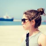 Внешний портрет девочка-подростка в солнечных очках Стоковое Изображение