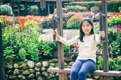 Внешний портрет девушки ехать деревянное Ferris катит внутри парк Стоковая Фотография