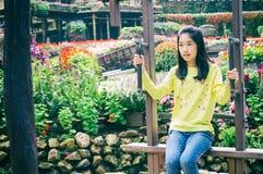 Внешний портрет девушки ехать деревянное Ferris катит внутри парк Стоковая Фотография RF