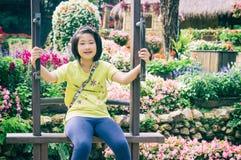 Внешний портрет девушки ехать деревянное Ferris катит внутри парк Стоковое Изображение
