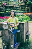 внешний портрет девушки ехать деревянное motobike в парке Стоковые Изображения RF