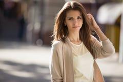 Внешний портрет женщины красоты при совершенная улыбка стоя на улице Стоковое фото RF