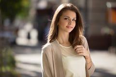 Внешний портрет женщины красоты при совершенная улыбка стоя на улице Стоковые Фотографии RF