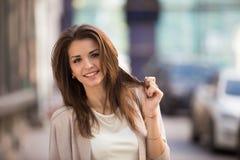 Внешний портрет женщины красоты при совершенная улыбка стоя на улице Стоковая Фотография