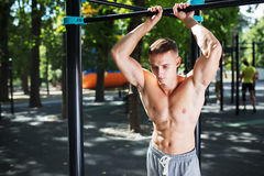 Внешний портрет здорового красивого активного человека с телом пригонки мышечным, спорт и концепцией фитнеса Стоковые Изображения RF