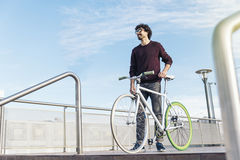 Внешний портрет красивого молодого человека с фиксированным велосипедом шестерни стоковые фото