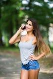 Внешний портрет красивой девушки принимая selfie с мобильным телефоном Стоковые Изображения RF