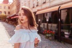 Внешний портрет красивой стильной женщины идя на улицу Одежда и аксессуары лета фотомодели нося Стоковая Фотография
