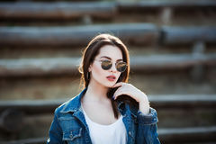 Внешний портрет крупного плана моды молодой милой женщины в дне лета солнечном на улице Стоковые Фотографии RF