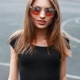 Внешний портрет крупного плана моды молодых милых sunglas n женщины Стоковые Фотографии RF