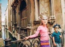 Внешний портрет милых маск мальчика и девушки нося венецианских Стоковое фото RF