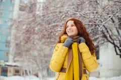 Внешний портрет милой маленькой девочки в зиме Стоковые Изображения RF