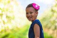 Внешний портрет милой молодой черной девушки усмехаясь - африканское pe Стоковая Фотография