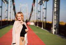Внешний портрет моды привлекательной модели в осени вскользь ap стоковое фото rf