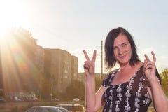 Внешний портрет молодой красивой модной счастливой дамы представляя на улице Стоковая Фотография