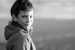 Внешний портрет молодого счастливого усмехаясь предназначенного для подростков мальчика на внешнем natu стоковое фото rf