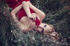 Внешний портрет молодой женщины лежа на траве Стоковые Фотографии RF