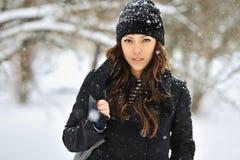 Внешний портрет молодой красивой женщины в зиме Стоковое фото RF