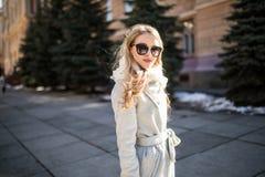 Внешний портрет молодой красивой модной счастливой дамы представляя на улице старого города Модельные нося стильные одежды Gi Стоковое Фото