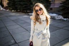 Внешний портрет молодой красивой модной счастливой дамы представляя на улице старого города Модельные нося стильные одежды Gi Стоковая Фотография