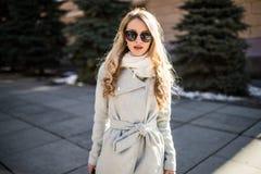 Внешний портрет молодой красивой модной счастливой дамы представляя на улице старого города Модельные нося стильные одежды Gi Стоковая Фотография RF