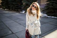 Внешний портрет молодой красивой модной счастливой дамы представляя на улице старого города Модельные нося стильные одежды Gi Стоковые Фото