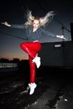 Внешний портрет молодой красивой счастливой белокурой европейской дамы представляя на улице на ноче Модельный нося стильный красн Стоковые Изображения RF