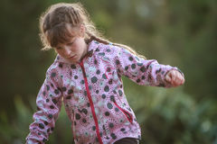 Внешний портрет молодой счастливой девушки ребенка играя в парке на na Стоковая Фотография