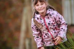 Внешний портрет молодой счастливой девушки ребенка играя в парке на na Стоковые Фотографии RF