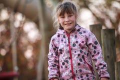 Внешний портрет молодой счастливой девушки ребенка играя в парке на na Стоковое Фото