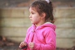 Внешний портрет молодой счастливой девушки ребенка играя в парке на na Стоковые Изображения