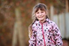 Внешний портрет молодой счастливой девушки ребенка играя в парке на na Стоковые Изображения RF