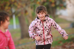 Внешний портрет молодой счастливой девушки ребенка играя в парке на na Стоковые Фото