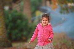 Внешний портрет молодой счастливой девушки ребенка играя в парке на na Стоковая Фотография RF
