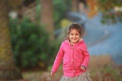 Внешний портрет молодой счастливой девушки ребенка играя в парке на na Стоковое фото RF