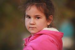 Внешний портрет молодой счастливой девушки ребенка играя в парке на na Стоковое Изображение RF