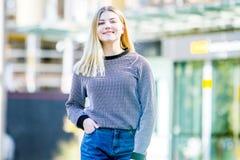 Внешний портрет молодой счастливой усмехаясь предназначенной для подростков девушки, естественный переплюнет стоковые фото