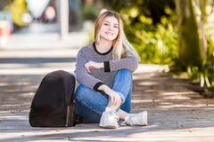 Внешний портрет молодой счастливой усмехаясь предназначенной для подростков девушки на естественном bac стоковая фотография rf