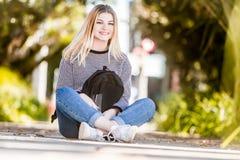 Внешний портрет молодой счастливой усмехаясь предназначенной для подростков девушки на естественном bac стоковые изображения rf