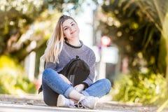 Внешний портрет молодой счастливой усмехаясь предназначенной для подростков девушки на естественном bac стоковые фото