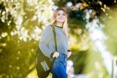 Внешний портрет молодой счастливой усмехаясь предназначенной для подростков девушки на естественном bac стоковая фотография